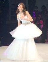 ミニドレスになる直前、ロングドレスを外そうとするジヨン=桂由美グランドコレクション『Beautiful Changes』 (C)ORICON DD inc.