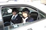 パトカーに乗り防犯をPRする(左から)向田茉夏、高柳明音