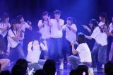 「会いたかった」公演で「1!2!3!4! ヨロシク!」を披露した6期生(C)AKS