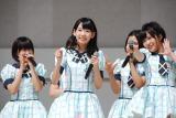 3月19日に15歳の誕生日を迎えた宮脇咲良(左から2人目)を祝福しメンバーとファンでバースデーソングを大合唱 (C)ORICON DD inc.
