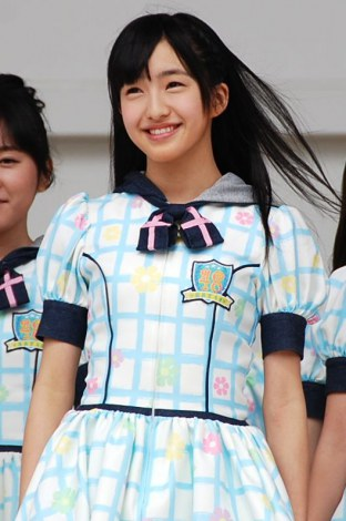 水色のチェックの衣装を着て、なびく髪が可愛いHKT48の田島芽瑠
