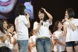 "SKE48の二枚看板""W松井""に先駆けてソロデビューが決まった終身名誉研究生・松村香織(左は松井玲奈、右は松井珠理奈)(C)AKS"