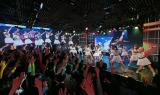 東京・六本木のニコファーレのステージ後方および左右のスクリーンには福岡会場のライブの様子が映しだされた