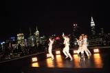 摩天楼の夜景をバックにダンスシーンを撮影した