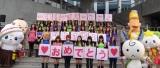 ゆるキャラと記念撮影するE-girls (C)ORICON NewS inc.