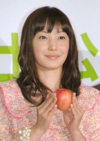 結婚後初の公の場に登場した菅野美穂=映画『奇跡のリンゴ』完成報告会見 (C)ORICON NewS inc.