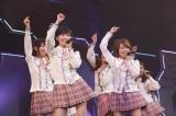 前田敦子のポジションに立った渡辺麻友(左)、1期生の高橋みなみら16人が出演 (C)AKS
