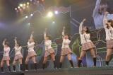 M1「PARTYが始まるよ」〜『思い出せる君たちへ〜AKB48グループ全公演〜』初日のA1st「PARTYが始まるよ」より (C)AKS