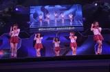 M4「スカート、ひらり」(5人バージョン)(左から小嶋陽菜、渡辺麻友、大島優子、高橋みなみ、板野友美)〜『思い出せる君たちへ〜AKB48グループ全公演〜』初日のA1st「PARTYが始まるよ」より (C)AKS