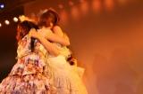 大島優子(手前)と熱い抱擁を交わす (C)AKS