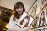 自身の壁掛け写真を笑顔で外した (C)AKS