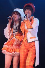 AKB48劇場河西智美卒業公演 ダブルアンコールで、同期でSNH48の宮澤佐江(22、右)ともに、かつてK3rd公演(2006年12月〜2007年6月)で歌った「友よ」をデュエットで披露する二人 (C)AKS