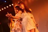 AKB48劇場河西智美卒業公演 大島優子(左)は「ともーみ(河西)は卒業して、私はAKB48にいて、環境は違うけど、またいつかどこかで一緒に歌えたら」と再会への願いを込めた (C)AKS