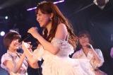純白のドレスにティアラを冠し、仲間たちに送られる河西智美(C)AKS