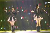 「となりのバナナ」を歌った研究生コンビ(左から朝長美桜、田島芽瑠)(C)AKS