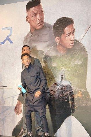 ポスターを再現するスミス親子(左から)ウィル・スミス、ジェイデン・スミス=SF映画『アフターアース』の来日記者会見 (C)ORICON NewS inc.