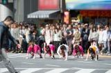 渋谷のスクランブル交差点を四足歩行で渡る(左から)大家志津香、小嶋菜月、佐藤聖羅、島崎遥香、高柳明音 (C)読売テレビ