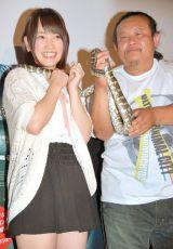 蛇を巻きつけて苦笑い?AKB48川栄李奈(左)とパンク町田=映画『シー・トレマーズ』の公開直前イベント (C)ORICON NewS inc.