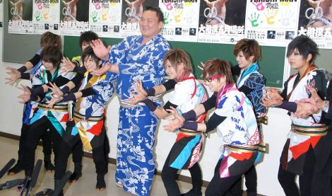 風男塾と白鵬(写真中央)=風男塾「RIKISHI-MAN」日本相撲協会初応援ソングの認定式 (C)ORICON NewS inc.