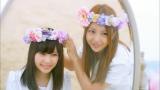MVテーマの「姉妹」をイメージさせるシーン(左から島崎遥香、板野友美)(「さよならクロール」MVより)