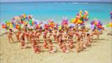 青い海をバックに選抜32人が水着でダンス(「さよならクロール」MVより)