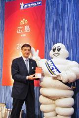 『ミシュランガイド広島2013特別版』のセレクション発表会に登場した、ベルナール・デルマス社長とミシュランマン (C)MICHELIN