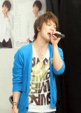 ファーストアルバムの発売を記念したイベントで熱唱する松岡卓弥(C)De-View