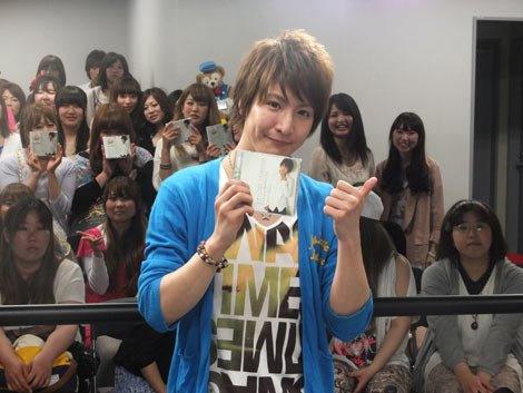 松岡卓弥のソロ活動スターを祝福するファンが多数詰めかけた(C)De-View