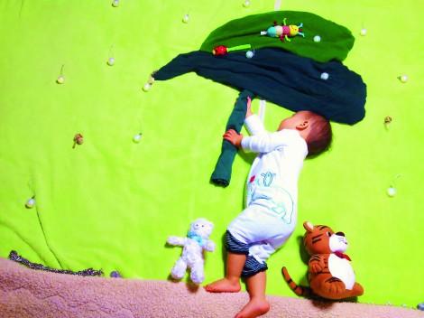 サムネイル 眠っている赤ちゃんの寝相の形を生かして撮影する『寝相アート』 (C)小出真朱/ぶんか社