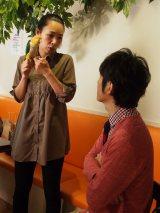 東京・木場にある「鳥のいるカフェ」店長の鳥山美佳さんとマニアックな鳥トークで盛り上がる田中 (C)ORICON NewS inc.