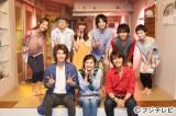 フジテレビ系ドラマ『ラスト・シンデレラ』の撮影現場で主題歌を披露したケラケラ(後列左から2人目がふるっぺ、同3人目がMEME、同4人目が森さん)