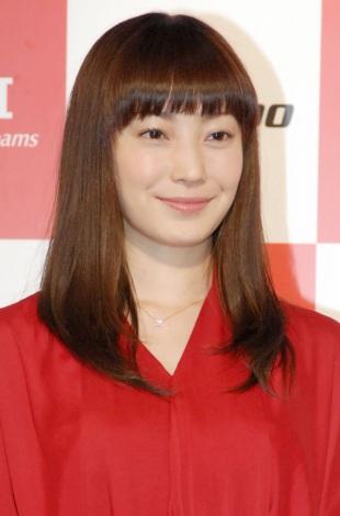 赤いワンピース姿で新CM発表会に出席した菅野美穂 (C)ORICON NewS inc.