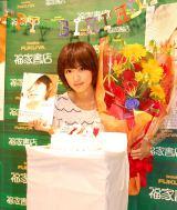バースデーサプライズでケーキと花束が贈られた夏菜 (C)ORICON NewS inc.