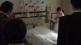 第7話、島本アナの出演シーン。花沢太郎(石塚)が手がかりを求め、入院中の村の幼稚園の先生・西島みどり(渡辺樹里)の病室を訪ねるシーン(C)テレビ朝日