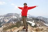 トレッキングが大好きという歌手・藤井フミヤ。その魅力を伝える特別番組で北八ヶ岳へ。写真は東天狗岳頂上にて(C)BSジャパン