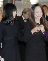 相澤さんの通夜で悲痛な表情を浮かべる松田聖子(右)と、母を支える神田沙也加 (C)ORICON NewS inc.