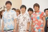 かりゆしの衣装で登場した(左から)あべこうじ、フルーツポンチの亘健太郎と村上健志 (C)ORICON NewS inc.