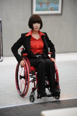映画『劇場版 ATARU』で車いすの女性管理官を演じる松雪泰子(C)2013劇場版『ATARU』製作委員会