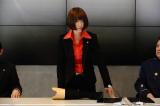 義足を外して机の上に置き、迫真の演技を見せる松雪(C)2013劇場版『ATARU』製作委員会