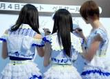ボードにサインと意気込みを記入(左から)横山由依、渡辺麻友、篠田麻里子=「AKB48選抜総選挙ミュージアム」オープニングセレモニー (C)ORICON NewS inc.