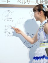 たかみなのサインを指す大島優子=「AKB48選抜総選挙ミュージアム」オープニングセレモニー (C)ORICON NewS inc.