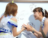 ボードにサインを書く(左から)高橋みなみ、大島優子=「AKB48選抜総選挙ミュージアム」オープニングセレモニー (C)ORICON NewS inc.
