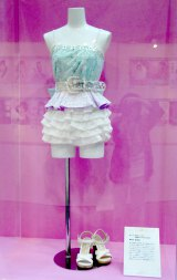 26thシングル「真夏の Sounds good!」で渡辺麻友が着用した衣装=「AKB48選抜総選挙ミュージアム」オープニングセレモニー (C)ORICON NewS inc.