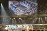 ステージで大きな円陣を組んで『AKB48グループ研究生コンサート「推しメン早い者勝ち」』がスタート(撮影:鈴木かずなり) (C)ORICON NewS inc.