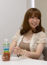 新しい『爽健美茶 すっきりブレンド』について語る安岡あゆみさん