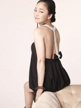 大胆な背中見せを披露した中島知子(C)女性ファッション誌『エッジ・スタイル 7月号』