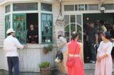 グーチョキパン屋の前で撮影前の段取り中