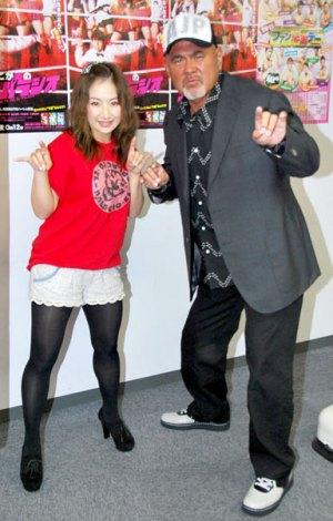 『全日本プロレス 2011ファン感謝デー』に参戦することを発表した(左から)愛川ゆず季、武藤敬司 (C)ORICON DD inc.