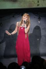 新曲「LOVE ME BACK」の購入者限定ライブを行い、ファンに結婚と妊娠を報告した倖田來未