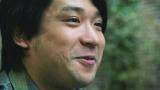 プロポーズをする酒井健太(アルコ&ピース)=『ゼクシィ』新CM場面カット